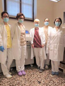 Staff del Laboratorio di Terapie Cellulari dell'Ematologia di Vicenza (LTCA) con la nuova Real Time PCR - foto 2